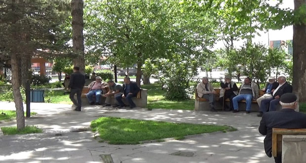 Vatandaşlar İftarı Ağaç Gölgesinde Bekliyor