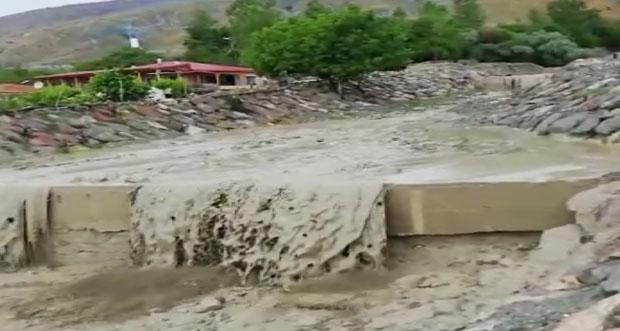 Erzincan'da aşırı yağışlar taşkınlara neden oldu
