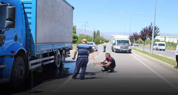 Erzincan'da İtfaiyenin zamanında müdahalesi Tırın yanmasını önlendi.