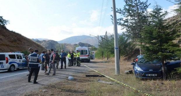 Kaza yapan polis memuru yaşamını yitirdi.