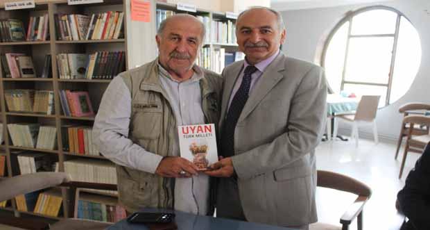 Yüksek Jeoloji Mühendisi Selahattin Ayan, İlk şiir kitabı Uyan Türk Milletini Bir Kitabevinde okurlarına imzaladı