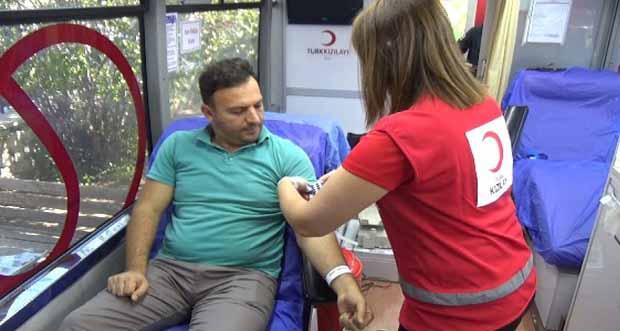 Tapu personeli kan bağışında bulundu