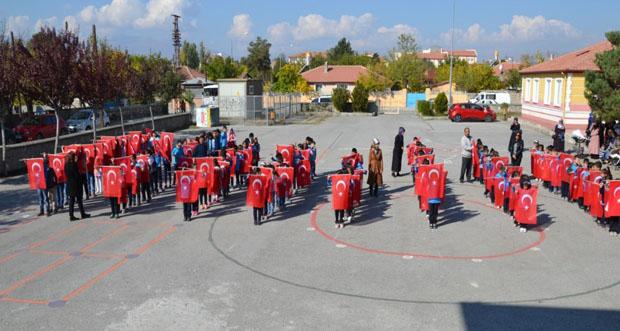 Öğrenciler Türk Bayraklarıyla Destek Verdiler