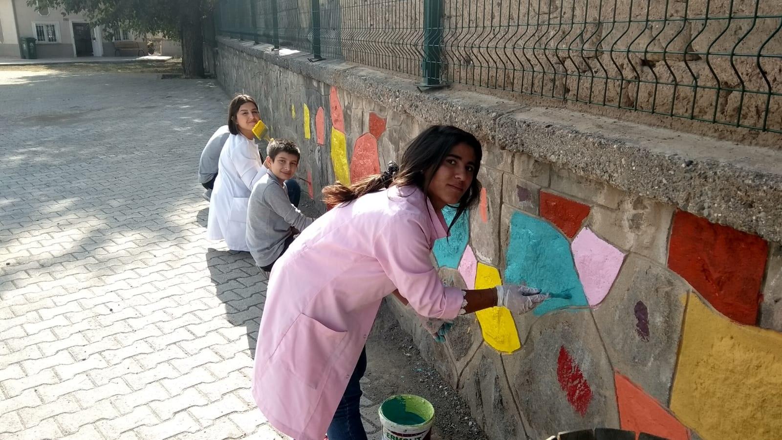 Okul duvarlarına renkli dokunuş