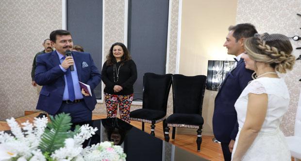 Erzincan Valisi Ali Arslantaş,Göze ve Gökhan Çiftinin Nikah Şahidi Oldu