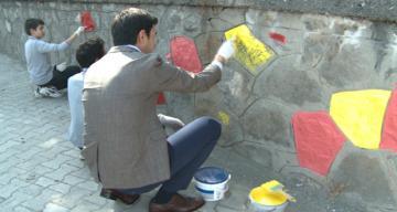 Okulun duvarlarını boyadılar