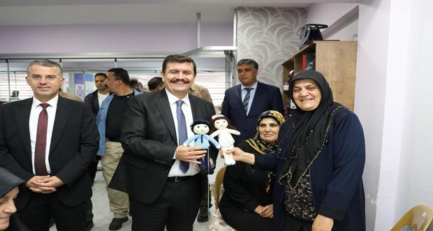 Erzincan Valisi Ali Arslantaş, Erzincan Belediyesi Meslek Edindirme ve Eğitim Kurslarını Ziyaret Etti