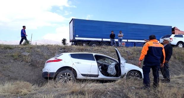 Erzincan'da yoldan çıkan otomobil tarlaya uçtu.