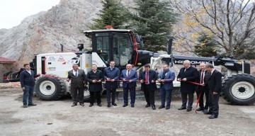 Erzincan Valisi Ali Arslantaş ve beraberinde ki heyet iş makinesi'nin teslim alma töreninde bulundular