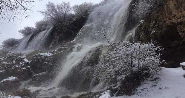Girlevik şelalesi büyüleyici manzarasıyla kış aylarında da ziyaretçilerin akınına uğruyor