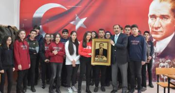 Erzincan Lisesi'nden İl Millî Eğitim Müdürü Aziz Gün'e Öğretmenler Günü Hediyesi