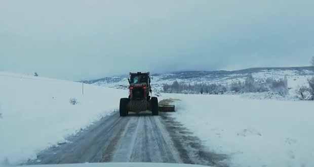 Erzincan'da kar yağışından kapanan yollar açılıyor