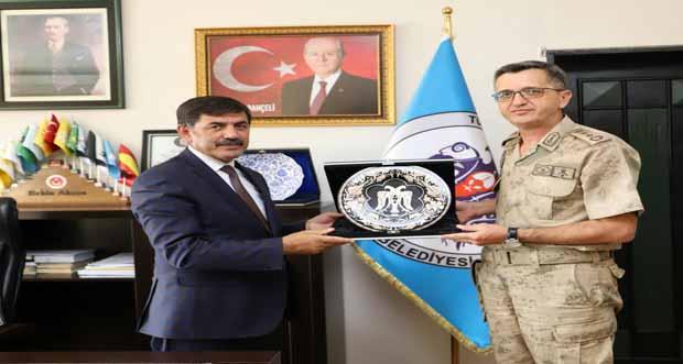 Jandarma Albay Halil Altıntaş Erzincan Belediye Başkanı Bekir Aksun'u ziyaret etti