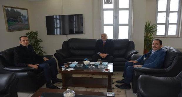 Erzincan Kemah Kaymakamı İsmail Demir Refahiye Belediye Başkanı Çakmak Paçacı'yı makamında ziyaret etti