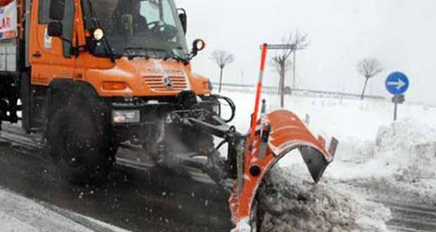 Sivas'ta yolcu otobüsü, kar küremesi yapan iş makinesiyle çarpıştı: 1 kişi hayatını kaybetti