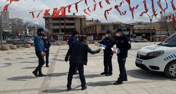 POLİS EKİPLERİNDEN ÜCRETSİZ MASKE DAĞITIMI