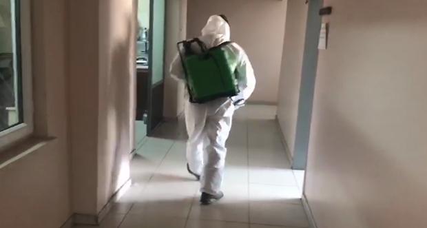 Kemah Belediyesi boş kalan caddeler iş merkezleri dezenfekte ediyor
