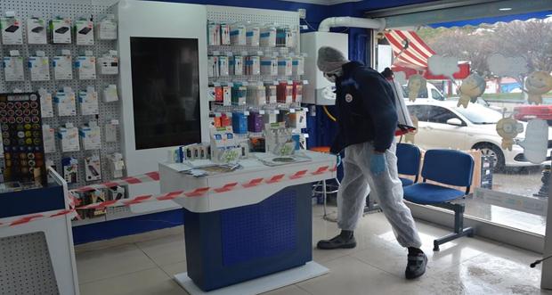 RefahiyeBelediye Ekipleri İlçe esnaflarının dükkanlarını ilaçladı