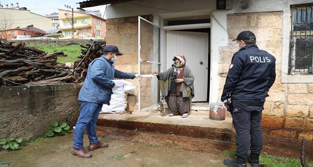 Tunceli'de yaşlı ve engelli aylıkları vatandaşların evlerinde elden yapılmakta