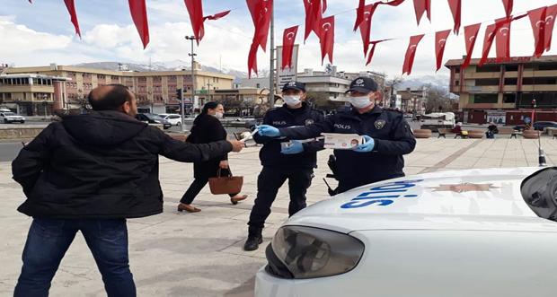 Erzincan'da Şehrin Muhtelif Noktalarında Ücretsiz Maske Dağıtım Faaliyeti Yürütülüyor