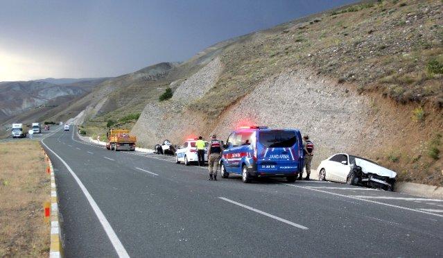 Ters dönen otomobilde sıkışan yaralılar kurtarıldı